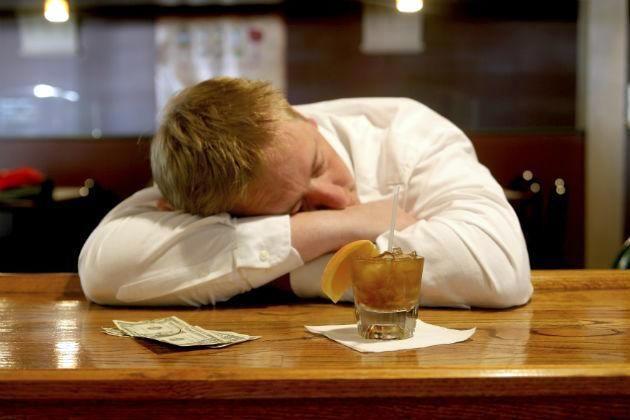мужчина под алкогольной интоксикацией