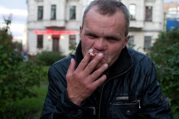 курящий бомж