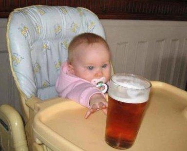 мальчик тянется к пиву