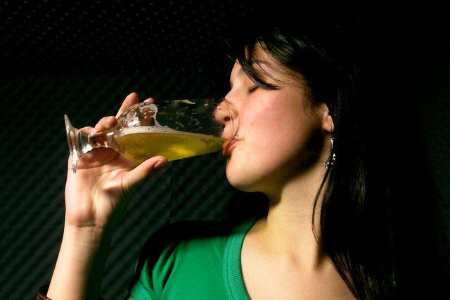 девушка с бокалом пива