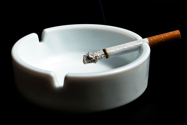 Сигарета в пустой пепельнице