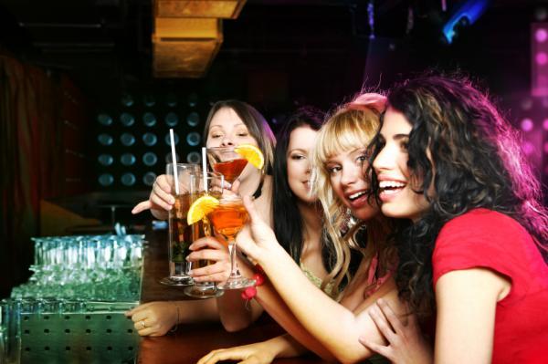 Девушки распивают алкоголь