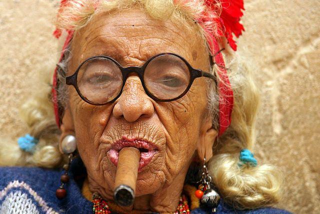 Бабушка курит сигару